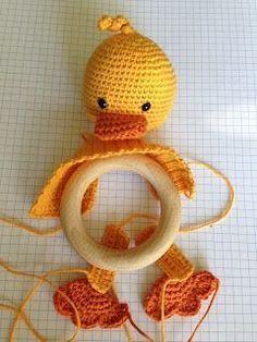 Baby Knitting Patterns Toys Since I first noticed such a crochet baby rattle grabbing thing … Da fiel mir zum ersten Mal so ein häkelnes Baby rasselndes Ding auf . That's the primary time I touched a crocheted child with rattles . with # rattles Baby Knitting Patterns, Baby Patterns, Crochet Patterns, Crochet Ideas, Crochet Baby Blanket Beginner, Crochet Baby Toys, Love Crochet, Crochet For Kids, Knitted Baby Blankets