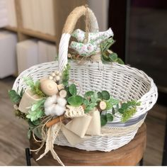 Easter Table Decorations, Basket Decoration, Basket Flower Arrangements, Wedding Gift Baskets, Easter Wallpaper, Wicker Picnic Basket, Flower Girl Basket, Easter Party, Spring Crafts