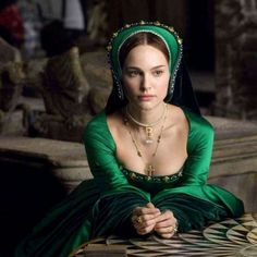 """Anne Boleyn from the other Boleyn girl played by Natalie Portman in her green gown and famous """"B"""" necklace Natalie Portman, Tudor Costumes, Movie Costumes, Green Costumes, Anne Boleyn, Inspiration Photoshoot, Green Movie, Sandy Powell, The Other Boleyn Girl"""
