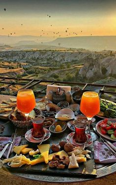Brunch with a view & Kapadokya, Turkey. Photo by The post Brunch with a view Kapadokya, Turkey. P appeared first on . Travel Aesthetic, Aesthetic Food, Dream Vacations, Vacation Trips, Honeymoon Vacations, Comida Picnic, Best Winter Destinations, Travel Destinations, Museum Hotel