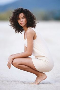 Mid length crop for wavy hair Christy Turlington by Patrick Demarchelier for Vogue UK Apr 1998 Curly Hair Cuts, Short Curly Hair, Curly Girl, Curly Hair Styles, Wavy Hair, Kinky Hair, Curly 3a, Short Curls, Christy Turlington