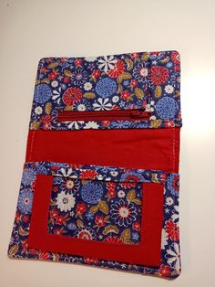 Portefeuille Compère en rouge et bleu floral cousu par Daniele - Patron Sacôtin