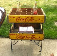 Refabbed End Table with Coca-Cola Crates Crate Furniture, Types Of Furniture, Repurposed Furniture, Furniture Projects, Rustic Furniture, Furniture Makeover, Wood Projects, Old Coke Crates, Coke Crate Ideas
