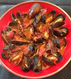 Juicy mussels with a wine based tomato sauce, eat with bread or pasta.