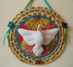 Divino em feltro sobre esteira de palha de 30 cm de diâmetro, decorada com chita e fitas