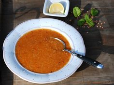 Türkische rote Linsen-Suppe mit Minz-Paprika-Butter