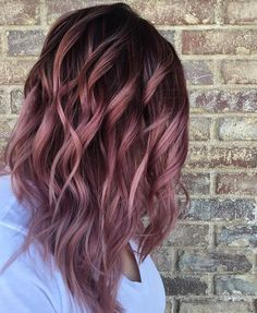 Want to upgrade your hair color? Then you need to try a balayage. Here, 20 gorgeous balayage hair looks that will inspire your next salon visit. Rosa Highlights, Brown Hair With Highlights, Color Highlights, Brunette Highlights, Balayage Highlights, Summer Highlights, Gold Hair Colors, New Hair Colors, Fall Hair Colour