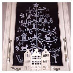 Leuk idee, teken een mooie kerstboom op je raam! www.poppaa.nl