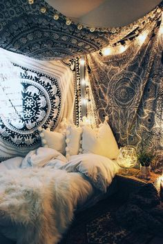 Bohemian Bedroom Decor Ideas - Discover bohemian bedrooms that will certainly inspire you to revamp your room this springtime. Bohemian Bedrooms, Boho Room, Bohemian Decor, Tapestry Bedroom Boho, Bohemian Tapestry, Hippy Room, Bohemian Design, Vintage Hippie Bedroom, Tapestry On Ceiling