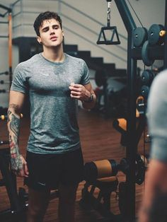 Gym Outfit Men, Sport Outfit, Gym Outfits, Fitness Outfits, Photography Poses For Men, Fitness Photography, Fitness Before After, Volleyball Workouts, Core Workouts
