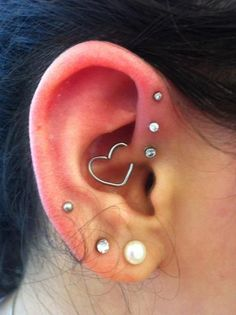 Top 10 Most Popular Types of Ear Piercings. Most Modern and latest Ear Piercing you will love to have. Most Beautiful and Unique yet Bizarre Ear Piercings. Helix Piercings, Piercing Tattoo, Piercing Helix Avant, Piercings Corps, Ear Peircings, Heart Piercing, Forward Helix Piercing, Cute Ear Piercings, Piercings For Girls
