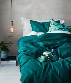 Weiß/Hellrosa. Bettwäsche aus feinfädiger Baumwolle mit Streifendruck. Der Bettbezug wird unten mit verdeckten Metalldruckknöpfen geschlossen. Ein