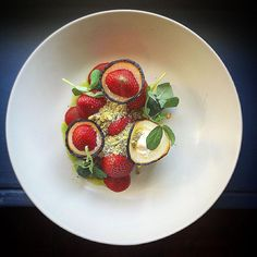 Strawberry salad, whipped goat cheese, charred onion, pistachio, mint - by @betterhalfcook ⭐️ Join our Cookniche culinary network for chefs, food lovers, enthusiasts, photographers and all those who work with and around food. Direct link in profile.