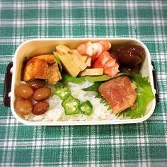 今日もバイトが長いのでお弁当 栗の煮たのが売っていたので買ってきて入れました Boiled chestnut fruit and put it in a boxed lunch. Sweet chestnut.   お昼が楽しみだ   #lunch #yammy #lunchbox  #おひるごはん  #てづくり #お弁当 #お昼が楽しみになるお弁当  #栗 #鮭 #焼き鮭  #たらこ #たけのこ #おくら  #煮豆