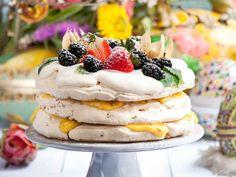 Pistagemarängtårta med citron-och passionsfruktscurd