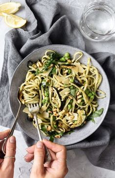 Fresh, summery, creamy vegan pesto pasta with peas, rocket and roasted courgette and a 5 min brazil nut pesto. Perfect easy and filling weeknight meal. Vegetarian Recipes Easy, Vegan Dinner Recipes, Veggie Recipes, Vegetarian Food, Healthy Recipes, Creamy Pesto Pasta, Vegan Pesto Pasta, Tortellini, Ravioli