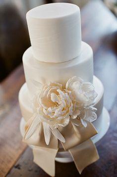Clásica y romántica torta de boda de color blanco.