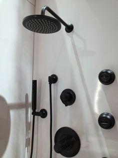 robinet design couleur noire pour la salle de bains