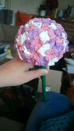 Gehaakte hortensia Bloemetjes: magische ring. *3 lossen 2 stokjes 3 lossen vast zetten met een vaste*  *..* herhalen tot het gewenste aantal blaadjes. Ring dicht trekken draadje wegwerken en klaar Knitting Stitches, Crochet Flowers, Doilies, Cool Crafts, Creativity, Amigurumi, Ribbons, Tejidos, Hydrangea