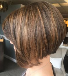"It can not be repeated enough, bob is one of the most versatile looks ever. We wear with style the French ""bob"", a classic that gives your appearance a little je-ne-sais-quoi. Here is ""bob"" Despite its unpretentious… Continue Reading → Bob Hairstyles For Thick, Short Bob Haircuts, Pretty Hairstyles, 40s Hairstyles, Short Hair Cuts, Short Hair Styles, Corte Y Color, Haircut And Color, Great Hair"