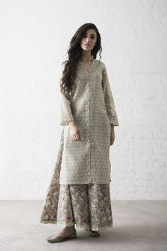 grey kaftani kurti with printed palazzo Modest Outfits, Modest Fashion, Hijab Fashion, Trendy Outfits, Fashion Outfits, Pakistani Dresses, Indian Dresses, Indian Outfits, Indian Attire