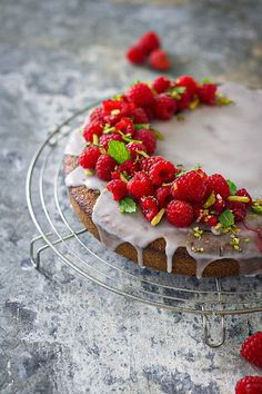 gâteau pistache Food Pictures, Tea Time, Strawberry, Fruit, Pistachio Cake, Raspberry, Cooking Together, Strawberry Fruit, Strawberries