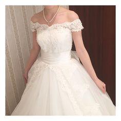 袖フェチ発動 . 旦那さんに好評だったドレスです この袖がまたとっても素敵でわたしのなで肩もカバーしてくれて優秀でした がスカート部分がお姫様みたいでわたしにはちょいと可愛すぎたのが残念 . ほんと上下別々に選べるドレスがあればいいのに . #ウェディングドレス#ウェディングドレス試着#2016swd#プレ花嫁#春婚#袖フェチ#オフショルダー by yuki808iii