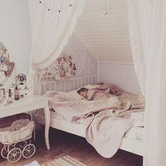 """И на сон грядущий выложу фото для конкурса """" Мой уютный дом"""", #my_cozy_home от @hobbymama @craft_bag @danishprincessdecor @katya_noskova , а главное от славной @sherry_bobbins ! Смысл участия - желание получить приз:)! А в целом, я считаю, что умею создавать уют в своем доме:) На фото мое любимое местечко в родительском  доме - это моя комната, где кровать располагается под крышей, и я отделила спальную зону легкими шторами:) Находиться там одно удовольствие, особенно когда в эту светлую мою…"""
