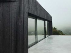 Shou Sugi Ban - Résidence à Woolacombe Bay Woolacombe Bay, Charred Wood, Wellness, Windows, Architecture, Home Decor, Contemporary Houses, Woodwind Instrument, Arquitetura