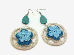 He encontrado este interesante anuncio de Etsy en https://www.etsy.com/es/listing/286442317/pendientes-de-crochet-blanco-azul-flor