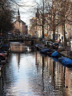 """Amsterdam - De Jordaan..Wow, de Bloemgracht... Ik woonde daar vroeger vlakbij op de Nassaukade. Ben hier een keer van m'n fiets gevallen. Een Jordanese vrouw schoof het raam omhoog en riep: """"Hé, Eddy Merks !!"""""""
