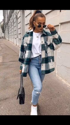 Comfy Fall Look With Flannel Shirt ★ When the fall knocks.,Comfy Fall Look With Flannel Shirt ★ When the fall knocks on your door, it is time to think about trendy fall outfit ideas. Trendy Fall Outfits, Winter Fashion Outfits, Flannel Fashion, Cute Flannel Outfits, Black Outfits, Cheap Outfits, Layered Outfits, Flannel Shirt Outfit, Fashion Clothes
