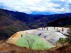 Enclavada en la Sierra Mixe de Oaxaca se encuentra Hierve el Agua, un sistema de cascadas petrificadas formadas hace miles de años. Rodeado de manantiales y de una zona arqueológica, el lugar se ubica en la población de San Isidro Roaguía, en el municipio de San Lorenzo Albarradas.Las cascadas son de origen natural y debido […]