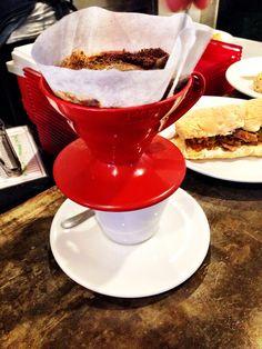 Café coado na Hario V60 no Alice Café, fica no bairro do Paraíso (próximo à Avenida Paulista – SP) e tem sua temática inspirada em Alice no País das Maravilhas.