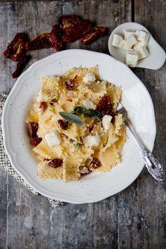 Pasta mit getrockneten Tomaten, Feta und Salbei