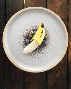 Is it a banana or a dessert? What would be your take in creating a modern banana split version? Gourmet Desserts, Mini Desserts, Plated Desserts, Weight Watcher Desserts, Banana Parfait, Food Plating Techniques, Banana Split Dessert, Low Carb Dessert, Cold Meals