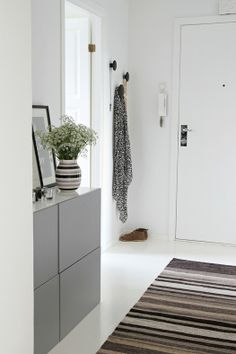 White walls & striped rug in the corridor Scandi Home, Scandinavian Interior, Hallway Inspiration, Interior Inspiration, Decoration Entree, Vestibule, House Entrance, Hallway Decorating, Entry Stairs