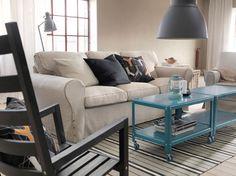 Sofá de tres plazas EKTORP con funda Risane natural y mesas de centro con ruedas IKEA PS 2012 turquesa oscuro