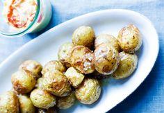 Haps, haps, haps... De små saltbagte kartofler er stærkt vanedannende, når de serveres med en spicy hjemmerørt chilimayonnaise. Mayonnaisen kan piskes sammen i god tid, men husk, at ingredienserne skal have stuetemperatur, så du undgår, at den skiller.