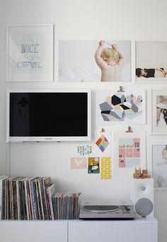 Installation avec buffet, hifi et dessins au mur