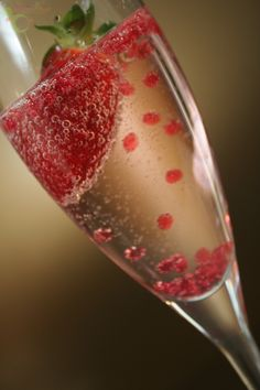 Strawberries and bubbles... we're already dreaming of sunny days!