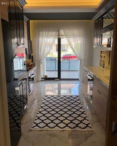 Bu evde koyu ve açık renklerin kontrastı doğal materyallerle sofistike bir hava kazanıyor. Kitchen Interior, Kitchen Design, Classic Kitchen Cabinets, Sombre, Bedroom Paint Colors, Blue Bedroom, Cuisines Design, Decoration Table, Light In The Dark