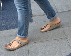 Sexy Turkish girls candid feet and face: very nice natural candid feet