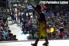 """El grupo boliviano Tinkus San Simón Filial de Barcelona arrancó el aplauso del público. La Asociación ACEDICAR como cada año presentó a los mejores artistas ecuatorianos y latinos en tarima durante la Muestra de Asociaciones organizado por el Ajuntamet de Barcelona y que llevó este año lema de """" Ecuador, entre ilusiones y fantasías"""". El evento se enmarca dentro de las actividades de las celebraciones de las Fiestas de la Mercèd."""