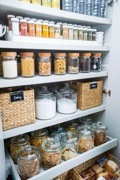 Home Interior Velas 60 Clever & Clean Kitchen Storage Organization Ideas Interior Velas 60 Clever & Clean Kitchen Storage Organization Ideas Kitchen Labels, Pantry Cupboard, Food Storage, Small Pantry, Kitchen Organization Pantry, Spice Organization, Diy Kitchen Storage, Pantry Labels, Diy Storage