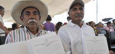 Al entregar más de 900 escrituras y documentos agrarios a beneficiarios de 17 colonias y los ejidos Santa Fe y San José, el gobernador Javier Duarte aseguró que la legítima propiedad es fundamental para el desarrollo de los pueblos.