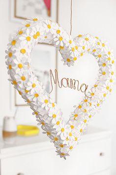 Grinalda da margarida para o dia das mães - Geschenke zum Muttertag - Crafts For Teens To Make, Gifts For Kids, Diy And Crafts, Easy Crafts, Flores Diy, Birthday Gifts For Bestfriends, Diy Wreath, Wreaths, Mother's Day Diy