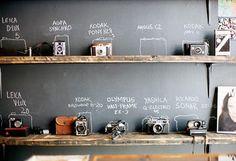 黒板がカメララックに!カメラ以外にも、お気に入りコレクションのディスプレイにいかしたいアイディアですね。