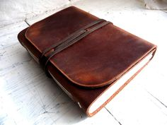 This is a unique leather journal. It is 100% handmade. The leather used is a medium weight, brown pull up which will age beautifully with use. It has 200 pages, counting both sides, of natural white fabriano academia drawing paper at 120 gm/2. This paper is acid free and age resistant