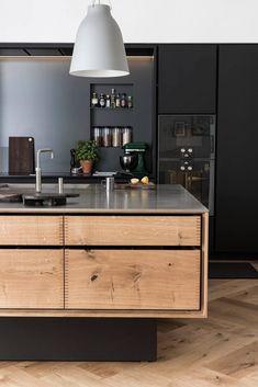 Du noir pour la touche graphique ; du bois pour un côté très authentique : cette cuisine est un joli mélange en terme de fonctionnalité et d'esthétisme !